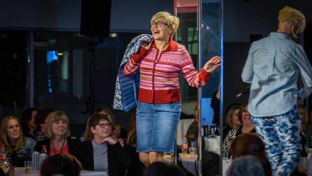 PÅ CATWALKEN: Den tidlegare samferdsleministeren overraska alle på «damenes kveld». Foto: Øyvind Nondal.