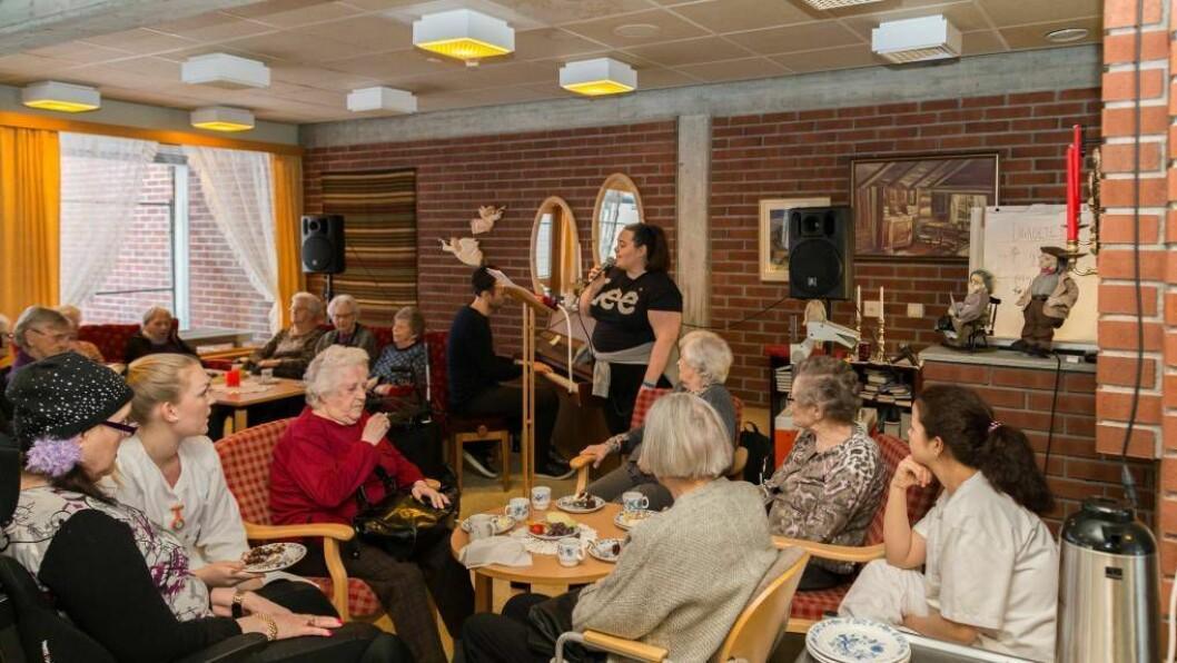 EVIG EIES: Sara Troland og pianist Einar Blindheim framførte «Evig eies (kun et dårlig rykte)» av Henning Kvitnes. Foto: Øyvind Nondal.
