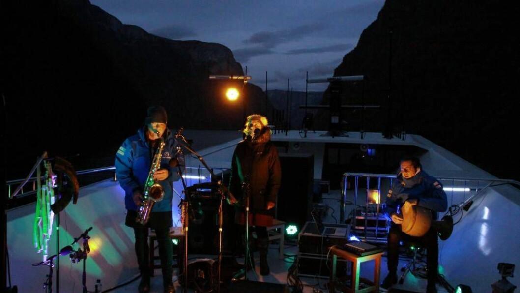 MAGISK: Karl Seglem, Jorunn Barane og Jonas Howden Sjøvaag skapte ein magisk augneblink med konserten under Nynorske litteraturdagar. I år blir det ikkje noko festival.