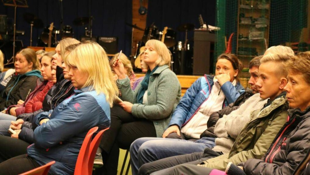 SPØRSMÅL: Foreldra til elevane ved Ljøsne skule hadde mange spørsmål då FAU inviterte til møte med oppvekstsjefen og rektorane i Lærdal tysdag kveld. Bjørg Haugo rekkjer opp handa, Frøydis Helland sit til høgre for henne. Foto: Ole Ramshus Sælthun