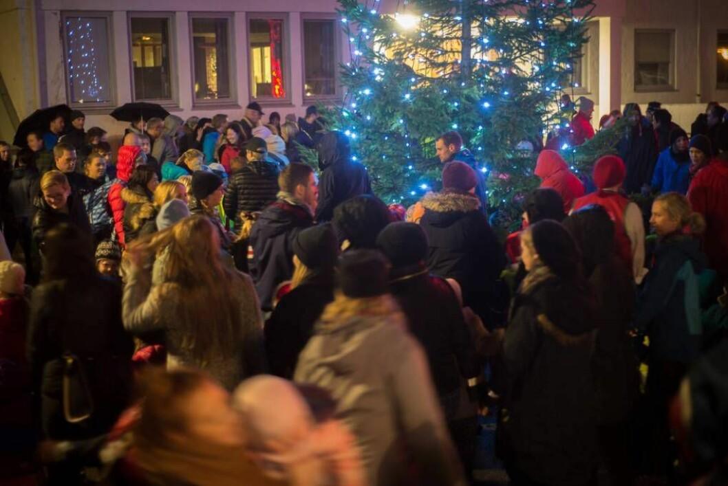 TETT RUNDT TREET: Grana er tent og sogndølene tek ein første runde rundt juletreet for sesongen.