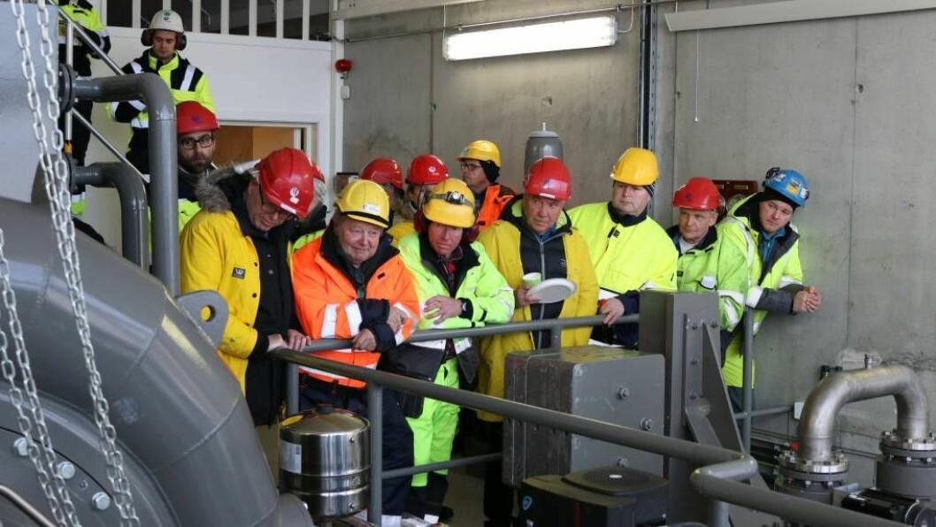 I GANG: Dei inviterte til opninga av Mannsberg kraftverk følgde interessert med då vatnet rann inn og francisturbinen starta opp. Foto: Ole Ramshus Sælthun