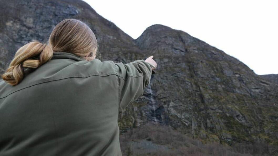 UTAN HELL: Gro Agnethe Nybø peikar dei seks sauene står fast. Bergingsaksjonen i dag gjekk ikkje som håpa. Foto: arkiv.