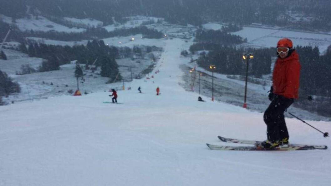 ENDELEG: Søndag var første opningsdag for Sogn skisenter på Hafslo. No ønskjer dei, og dei andre skisentera i og rundt Sogn, seg meir snø til jul. Foto: Sogn skisenter.