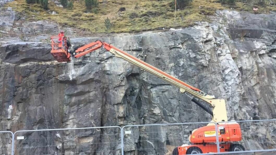 SIKRINGSARBEIDET: Arbeidet med å sikre fjellskjeringa over ferjekaia på Fodnes har gått som planlagt og er ferdig til jul. Foto: Truls Grane Sylvarnes.