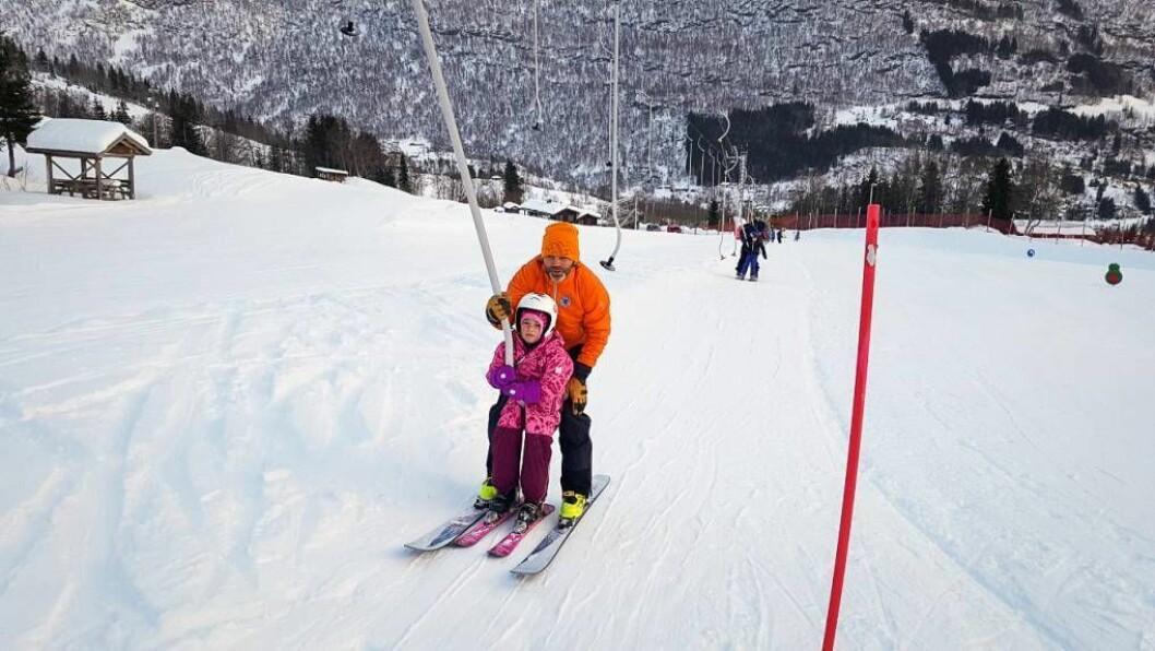 FINT I TREKKET: Store og små kosar seg i skibakkane. Her er Sigurd Feldeog dotteraHerdispå veg opp trekket i Sogndal skisenter tidlegare i dag. Foto: Sogndal skisenter.