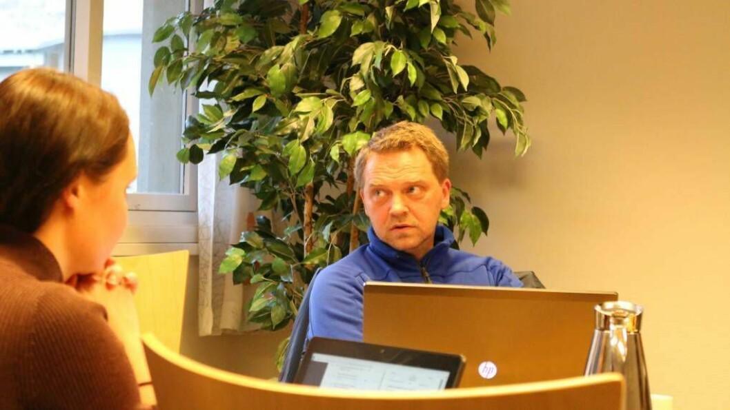TO ALTERNATIV: Trond Øyen Einemo, gruppeleiar i Høgre, kom med framlegget om å gå grundigare til verks for å sjå om Erdal eller Bermålsviki er best eigna til kai. Han fekk følgje av gruppeleiar i Sp, Gro Starheimsæther, og ordførar Jan Geir Solheim (Sp). Foto: Ole Ramshus Sælthun