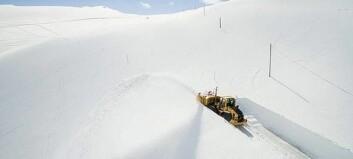 Brøytar seg gjennom snøen for å opne for sommaren