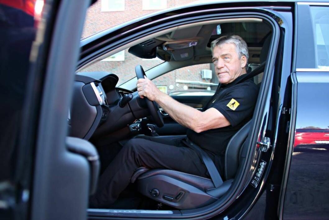 DET RETTE GREPET: Jan Ivar Engebretsen i NAF ber folk tenkje over korleis dei plasserer hendene på rattet. FOTO: Morten Abrahamsen / NTB tema