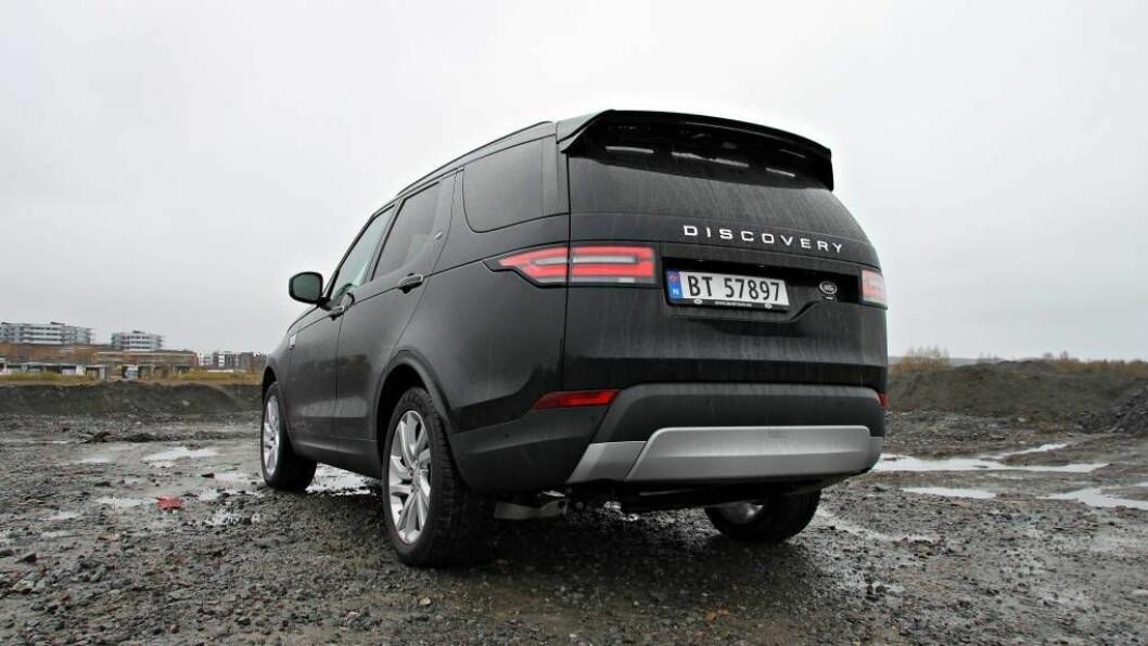 HØG HEKK: Femte generasjon Land Rover Discovery framstår framleis som ein diger bil, trass i at hjørna har blitt runda av. FOTO: Morten Abrahamsen / NTB tema.