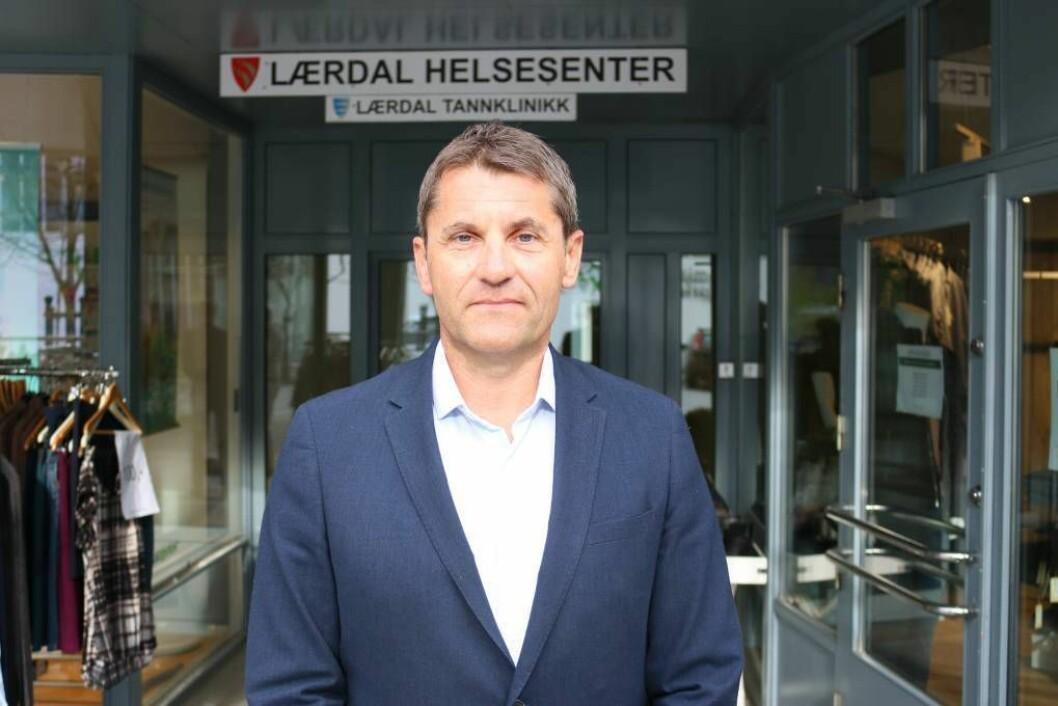 UTFORDRANDE: Kommunalsjef for helse og omsorg i Lærdal, Arne Johansen har fått ein utfordrande situasjon når det kjem til fastlegar, men er klar på at innbyggjarane får dei tenestene dei skal. Foto: Ole Ramshus Sælthun