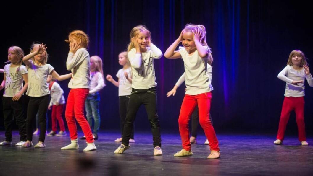 SJARMERANDE KOREOGRAFI: Over hundre barn var i sving på scena under elevframsyninga til Dans utan grenser på Sogndal kulturhus måndag.