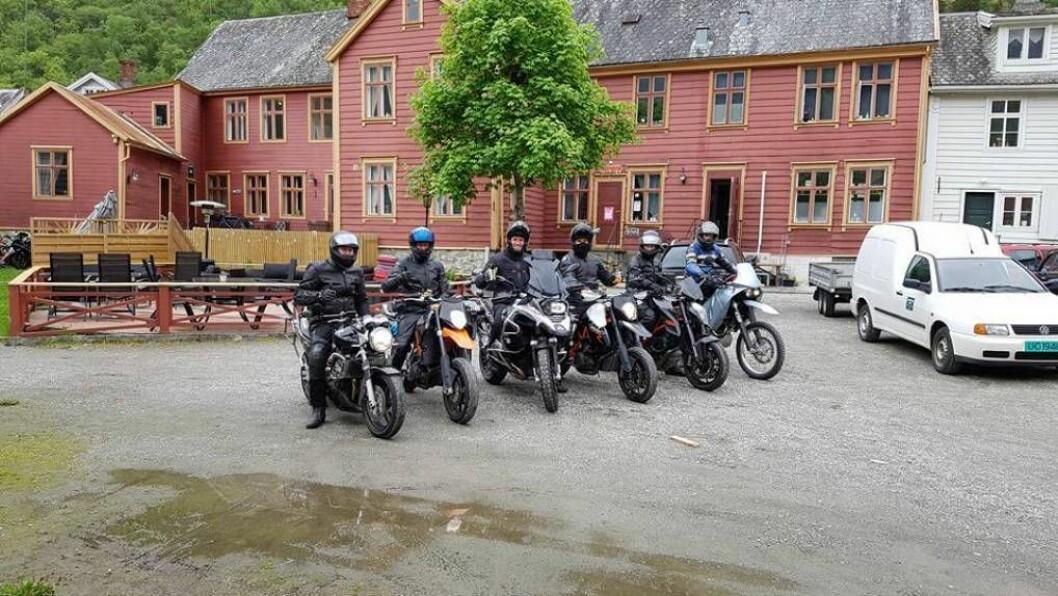 DEI FØRSTE: Allereie onsdag var dei første motorsyklane og tilhøyrande førarar på plass i Kvammegården. Privat foto