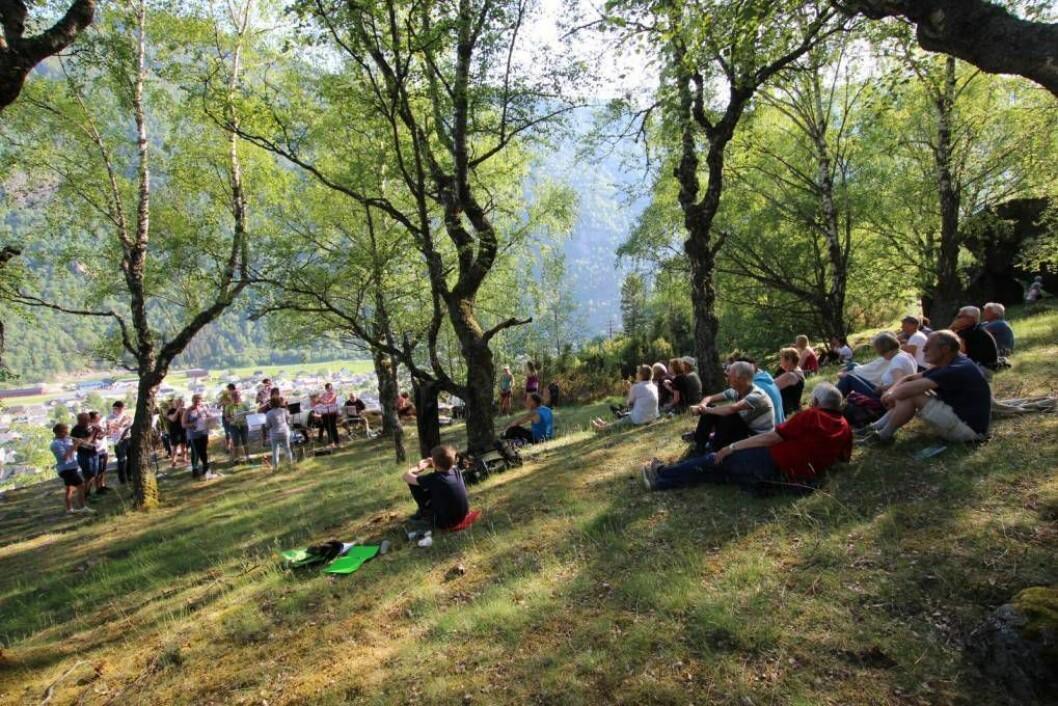 IKKJE HER: Den årlege konserten som normalt blir halde her på Mjølkeflaten, må i år flytta til badestranda ved Lærdalsfjorden. Arkivfoto: Jan Christian Jerving