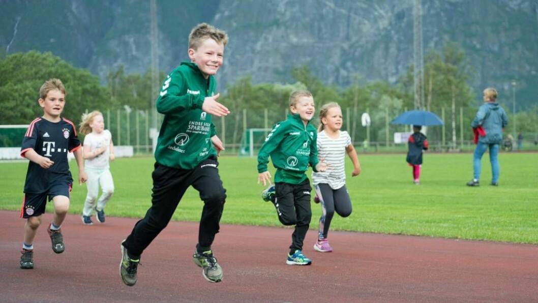 IDRETTSGLEDE: Unge utøvarar på Jotun stadion deltok denne veka på årets vårstemne i friidrett.