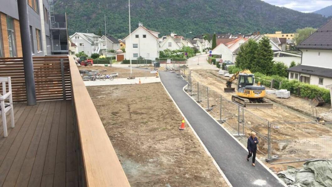 OMVISING: Politikarane i Sogndal får omvising på det dyraste byggjeprosjektet i kommunen si historie. Første fase er no ferdigstilt, andre og siste fase står klar i slutten av neste år.