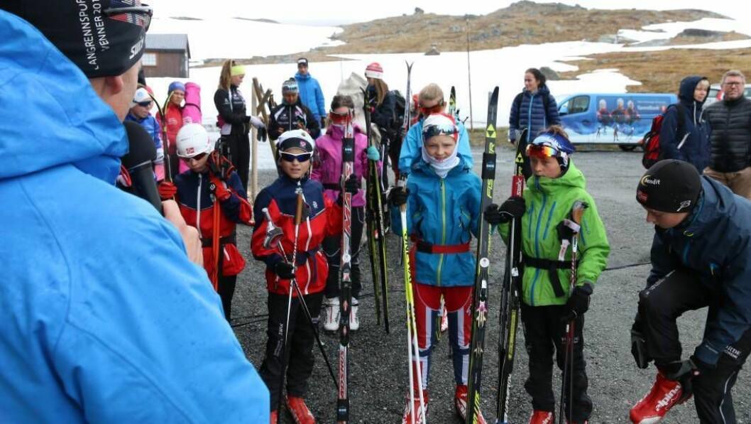 SKISKULE MIDT PÅ SOMMAREN: Ski er faktisk ein heilårssport, men der mange må finne fram rulleskia, kan deltakarane på sommarskiskulen på Sognefjellet faktisk trene på snø. Foto: Truls Grane Sylvarnes.