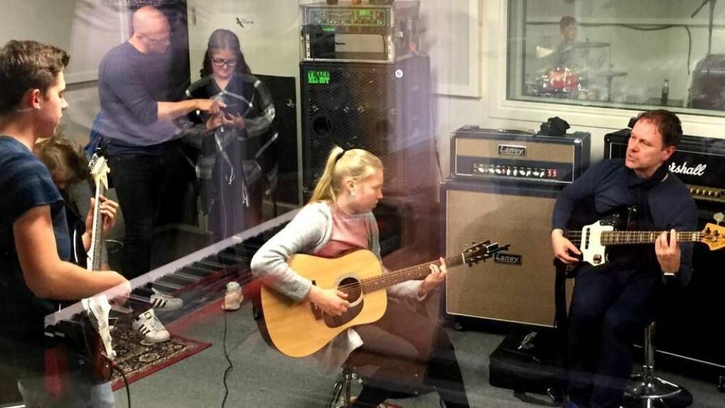 I STUDIO: Ungdommar frå Indre Sogn fekk spela inn låtar frå Adele og Coldplay. Foto: Øyvind Nondal.
