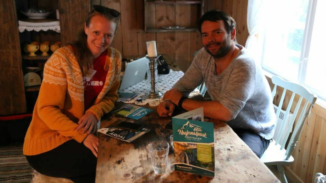 Torunn Laberg og Kristoffer Nystedt er gjestar på Porten.no sin podkast-spesial. Frank Eldegard var ikkje tilstades då biletet vart tatt. Foto: Truls Grane Sylvarnes.