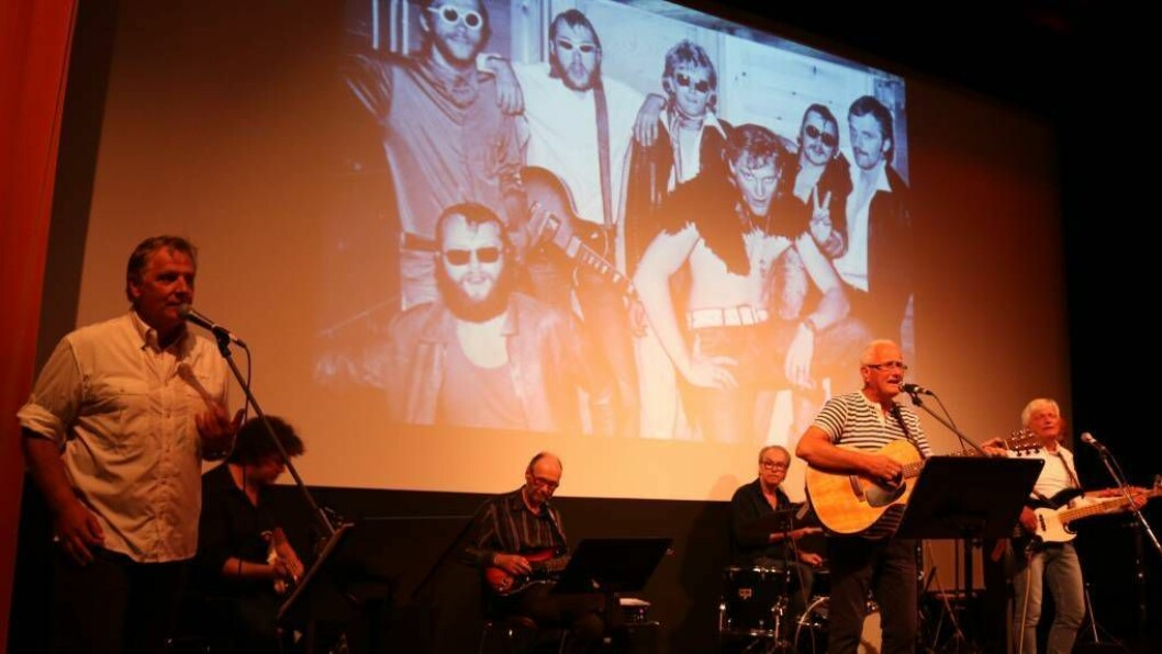 HISTORIA: Fox synte fram historia si med bilete under konserten i Lærdal kulturhus onsdag. Først i galleriet ser ein dei fleste av bileta dei synte fram under konserten, deretter kjem nærbilete av bandmedlemmane. Alle foto: Ole Ramshus Sælthun
