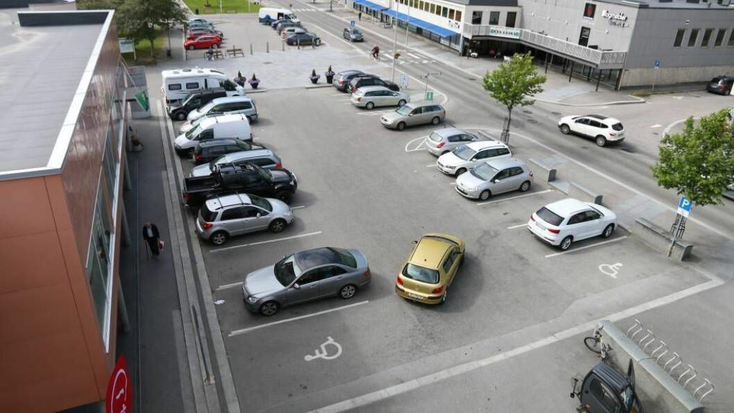 UTSET SAKA: Det ser ikkje ut til at denne parkeringsplassen vert stengt med det første. I staden ligg det an til at dei folkevalde utset heile saka og tar ho heller opp når samfunnsdelen og arealdelen i kommuneplanen skal reviderast i 2018 og 2019.