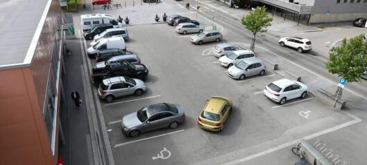 Vurderer å fjerna desse parkeringsplassane: – Eit håplaust forslag