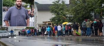 Studentane står i kø for å skaffe seg billettar til faddervekene