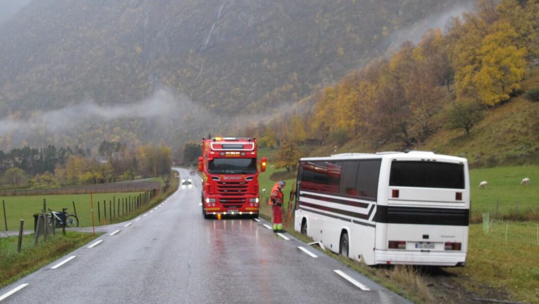 BLIR UTVIDA: Riksveg 5 i Lærdal vil bli utvida på Erisletta, der ein buss køyrde utfor i 2017.