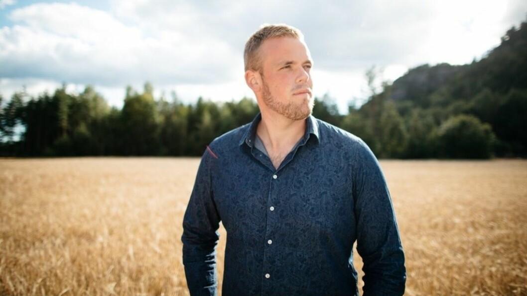 KLAR FOR COUNTRYFEST: Steffen Jakobsen frå Grimstad spelar i ridehallen på Kaupangar laurdag kveld.