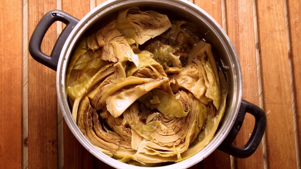 Får og kål lag på lag i ei gryte er den vanlegaste måten å lage fårikål. Dei seinare åra har det derimot vorte meir vanleg å ha med andre ingrediensar i gryta.