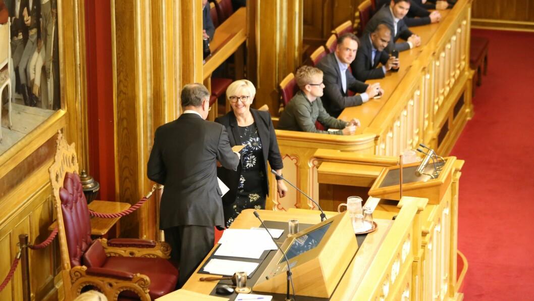 HISTORISK: For første gong i historia fekk ein representant for Senterpartiet overlevere fullmakta til stortingspresidenten, her ved Liv Signe Navarsete.