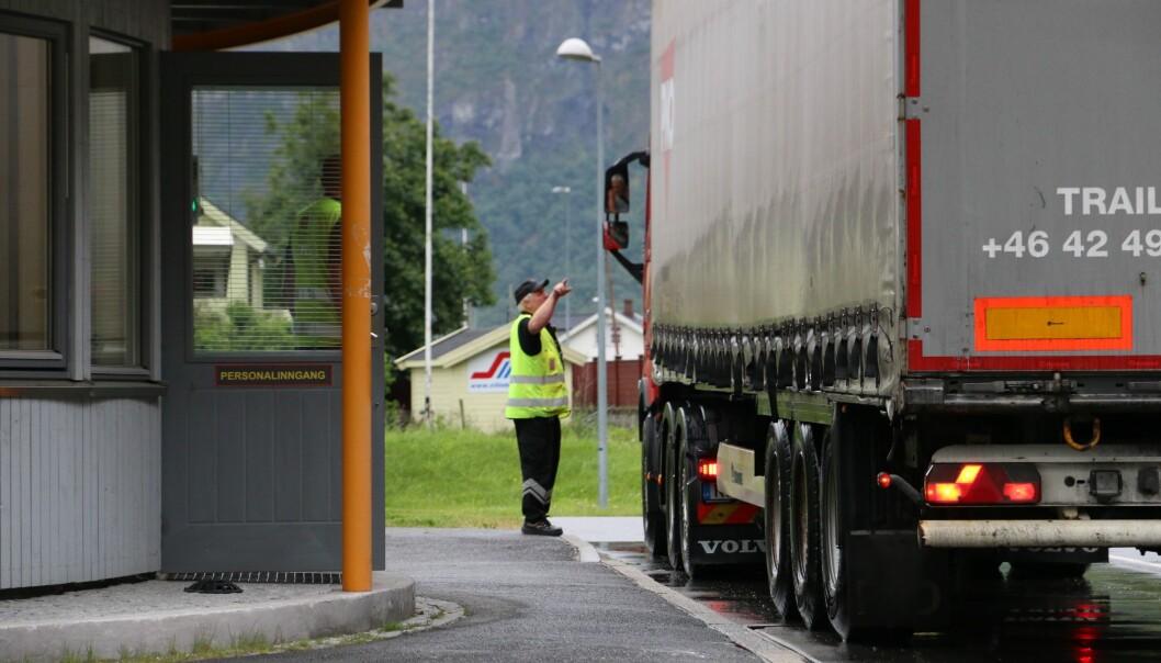 MANGLA LITT AV KVART: Ein varebilsjåfør stakk av for kontroll på Håbakken måndag, og det viste seg at sjåføren hadde litt av kvart å svara for. Illustrasjonsfoto.