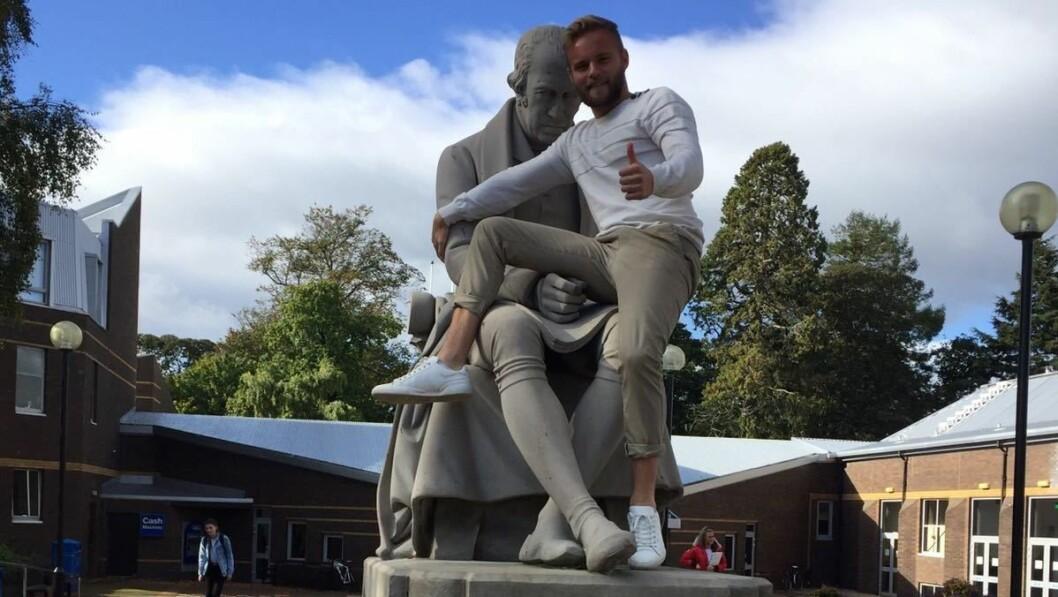 MOTIVATOR: Ola Weel Skram har funne seg godt til rette i Edinburgh og universitetet Heriot-Watt, der han no studerer. Her poserer han med statuen av James Watt, den skotske oppfinnaren som mellom anna stod bak avgjerande forbetringar av dampmaskina.