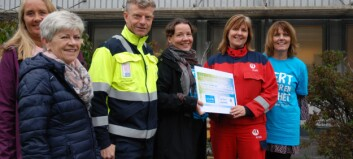Givarstafetten har fått opp farten i Årdal – her gir Hydro 100.000 til TV-aksjonen