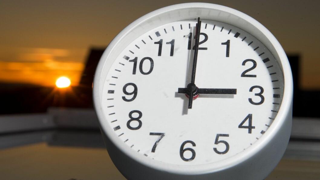 STILL KLOKKA: Går du i surr i kva veg du skal stille klokka, er det greit å vite at ho alltid skal skruast mot sommaren. Dermed må ho stillast ein time tilbake om hausten og éin time fram om våren.