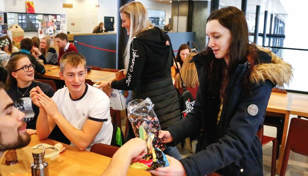 GLEDE: Ungdomane gjekk rundt i Sogndal og Kaupanger og delte ut klementin, peparkaker, twist og MOT-drops.