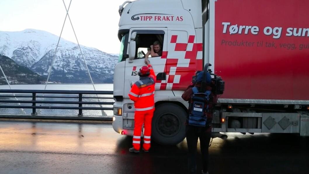 FØRSTE FRÅ SOGNDALSIDA: Trailersjåføren frå Tipp Frakt AS var den første frå Sogndalsida til å køyre over nye Loftesnesbrui.