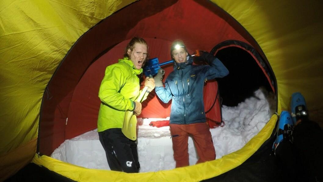 TURKAMERATAR: Ole Fredrik Arneberg og Daniel Green kombinerer teltliv og topptur. Men berre når det er trygt.