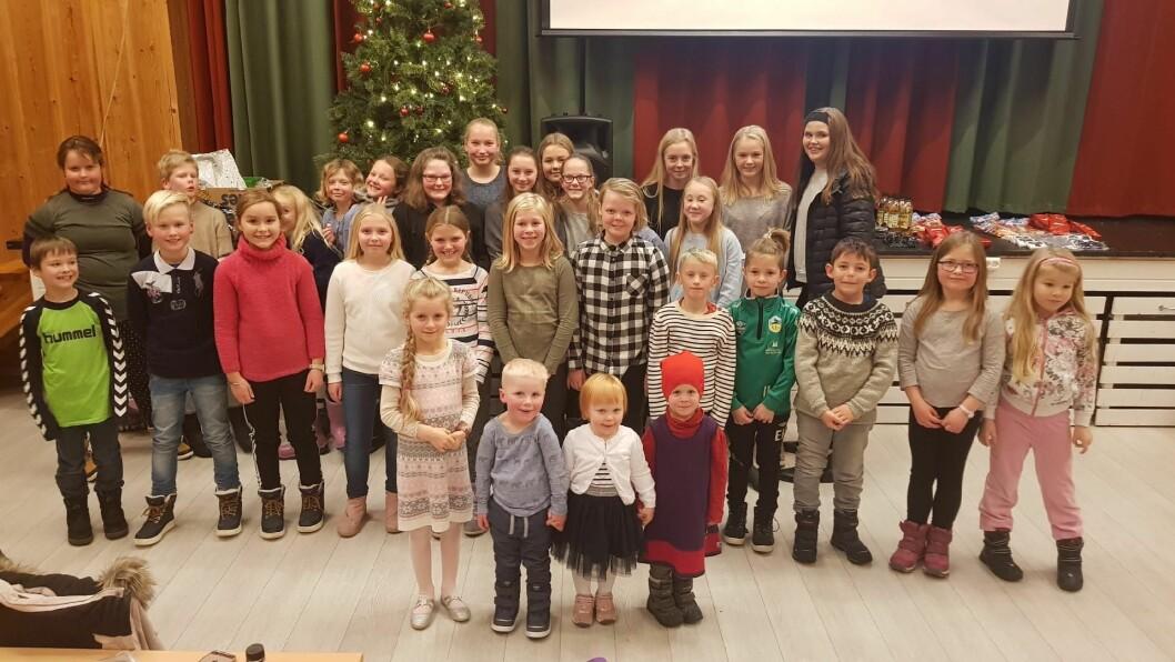 BORNA SIN DAG: Første søndag i advent var det fullt i ungdomshuset på Kaupanger. Borna fekk eta risengraut og prøva lukka med åre- og loddkjøp.