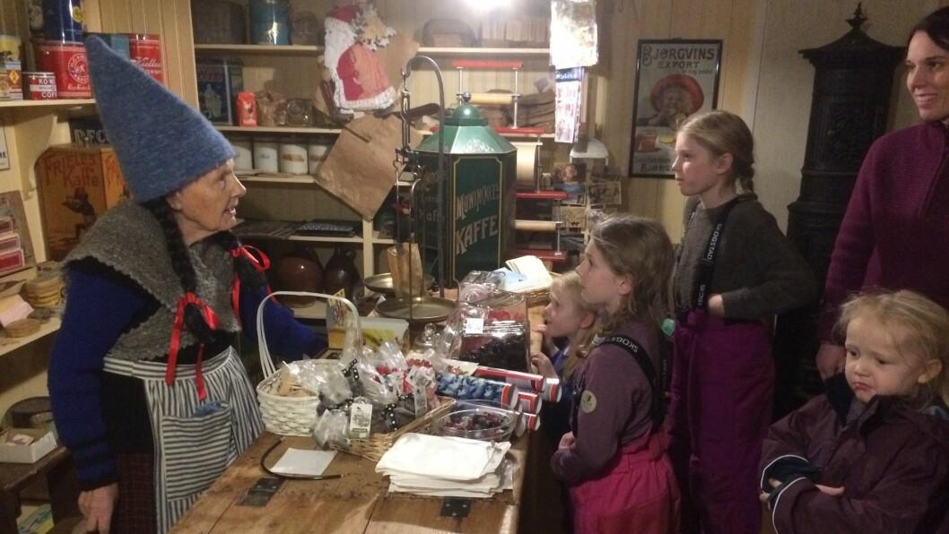 FØRJULSSTEMNING: På krambua og i dei andre bodene var det mogleg å kjøpa julepresangar og noko godt til ganen. Frå venstre: Oddlaug Hammer, Hedda Dahl-Tørnes, Anine Dahl-Tørnes, Tilde Dahl Tørnes, Malin Nornes og Veronica Tørnes.