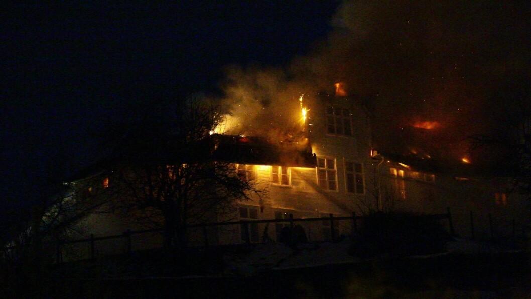 I LJOS LOGE: Det ærverdige huset på Stedjetunet i Sogndal tok fyr seint sundag kveld og brann dels ned natt til måndag.