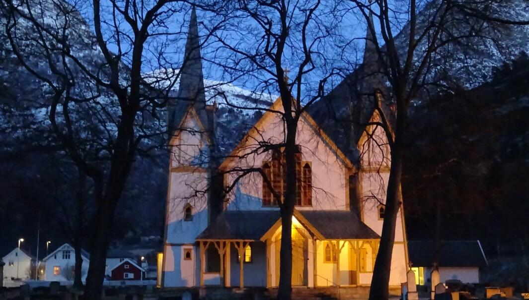 BRANNALARM: Brannvesent rykkja ut til Hauge kyrkje søndag.