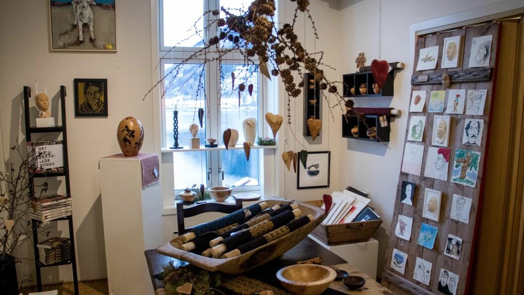 KUNST: Ein kunne sjå mykje forskjellig kunst og handverk i Haugehuset i Sogndal