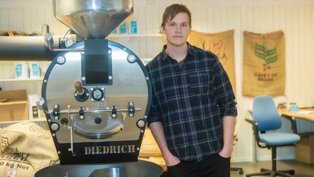 HJARTET: Kaffibrennaren er hjartet i produksjonslokalet, som ligg i eit kvitt trehus midt i Sogndal sentrum.