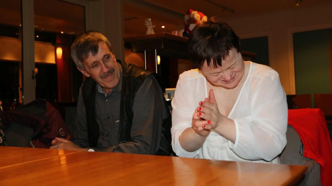 BURSDAG: Berit Sønstlien hadde bursdag då tysdagsklubben hadde julebordet sitt innfør jul. Til venstre, Erling Offerdal frå spesialomsorga i Årdal.