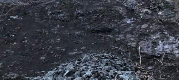 Frå denne skrenten har dei spylt bort jord og småstein fredag, men dei lét ein del liggja att i skråninga