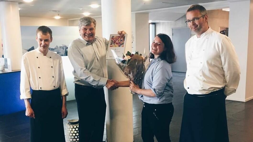 FEKK PÅSKJØNNING: Quality Hotel Sogndal får ros, samt diplom og blomster, for å ha rekruttert gjennom Ringar i Vatnet, programmet til NHO for å få fleire i arbeid. Frå venstre: kokkelærling Tor Øyvind (tilsett), hotelldirektør og eigar, Jørgen Christian Lindstrøm, regionsansvarleg for Ringar i Vantnet-prosjektet, Ragnhild Friis-Ottessen og Kjøkkensjef Vidar Liljedahl på Quality Hotell Sogndal.