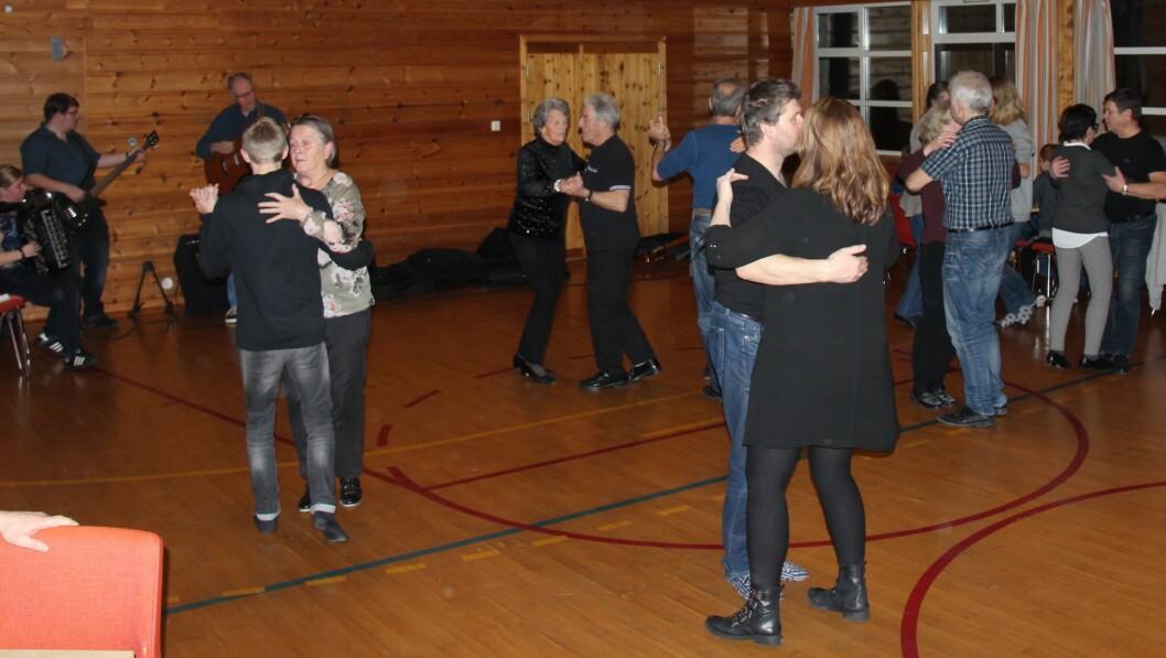DANSEFEST: Laurdagskvelden var det dansefest og konsert i eit fullt hus.
