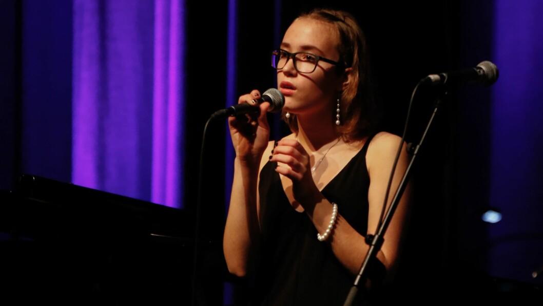 TALENT: Beatrice Juskaite har lyst å leve av musikken. Ho bryr seg ikkje om kor mange som høyrer på, så lenge dei kan nyte musikken.