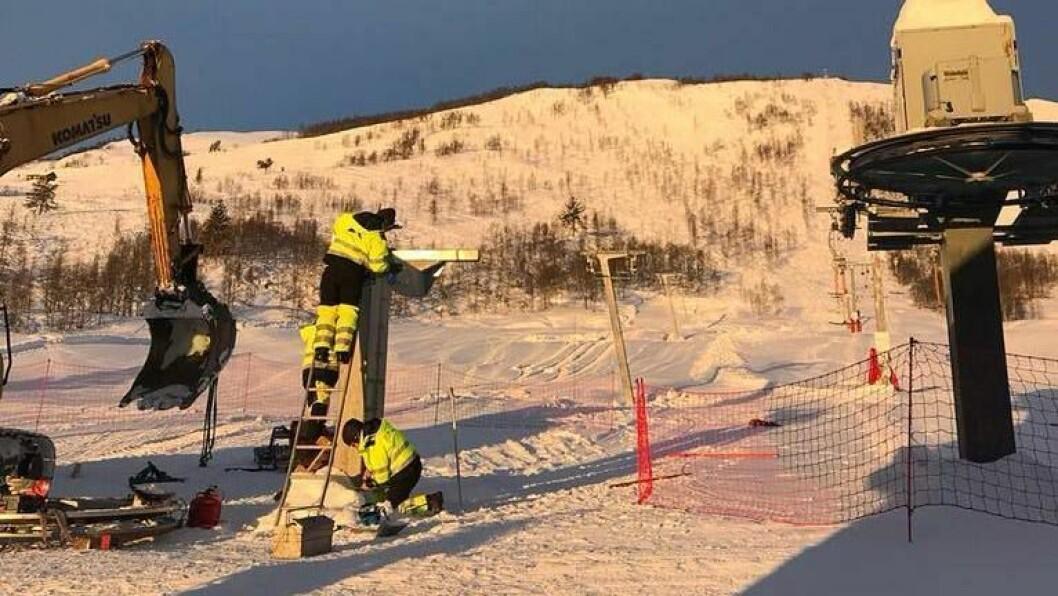 MONTERING: Sjølv om det er midt på vinteren, går monteringa av nytt barnetrekk sin gang i Hodlekve. Trekket skal koma til venstre for
